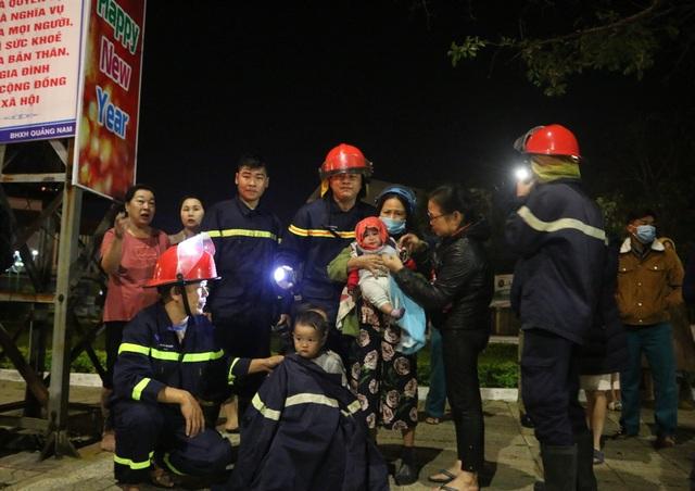 Cứu cụ bà 81 tuổi và cháu bé 6 tháng tuổi trong vụ cháy 2 ngôi nhà - 2