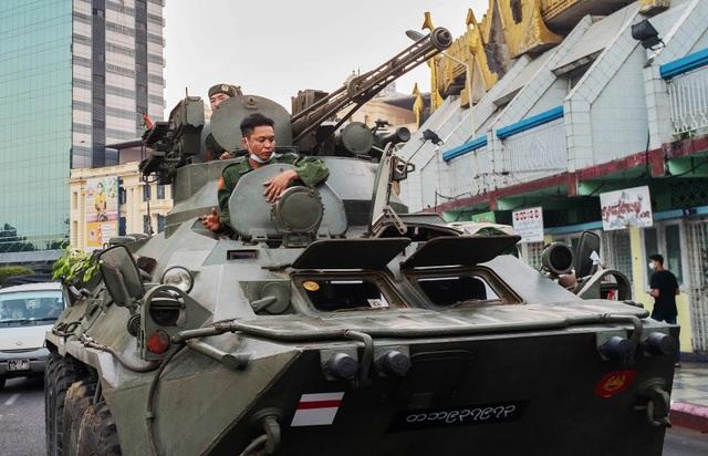 Myanmar căng như dây đàn, xe tăng triển khai trên các đường phố - 1