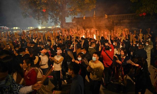 Cảnh đeo mặt nạ chống độc kho cá ở làng Vũ Đại lên báo nước ngoài - 3