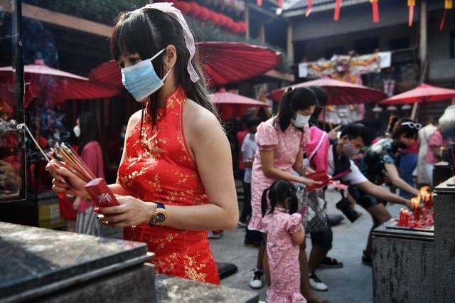 Cảnh đeo mặt nạ chống độc kho cá ở làng Vũ Đại lên báo nước ngoài - 5