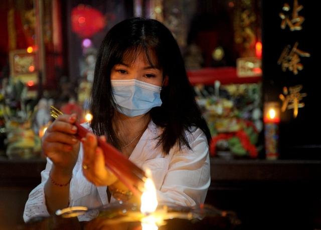 Cảnh đeo mặt nạ chống độc kho cá ở làng Vũ Đại lên báo nước ngoài - 10