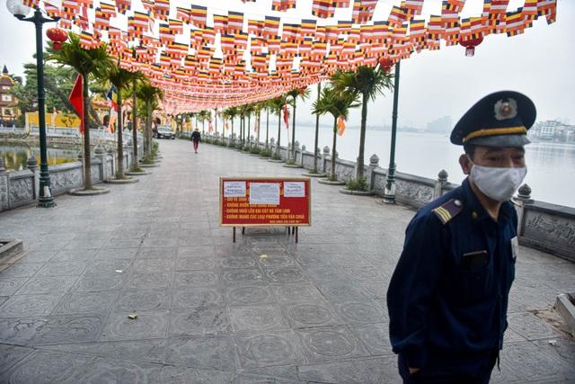 Loạt di tích nổi tiếng ở Hà Nội đóng cửa, du khách đứng ngắm cảnh từ xa - 5