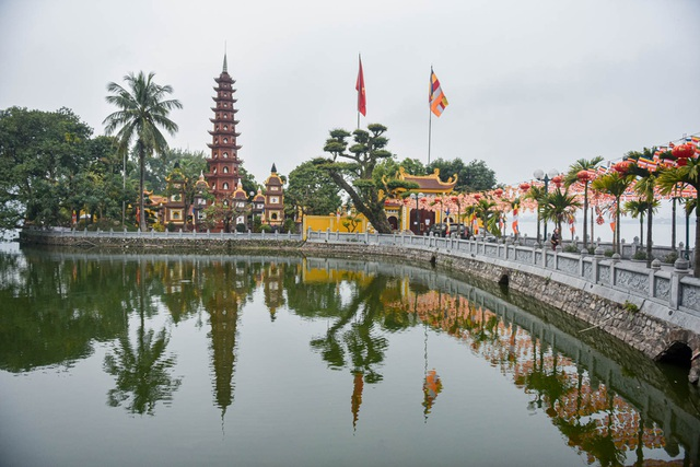 The series of famous monuments in Hanoi closed, visitors stood admiring the scenery from afar - 4