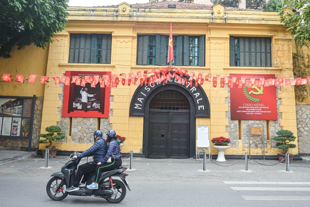 The series of famous monuments in Hanoi closed, visitors stand watching from afar - 6
