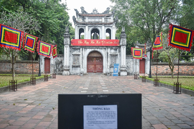 The series of famous monuments in Hanoi closed, visitors stand watching from afar - 7