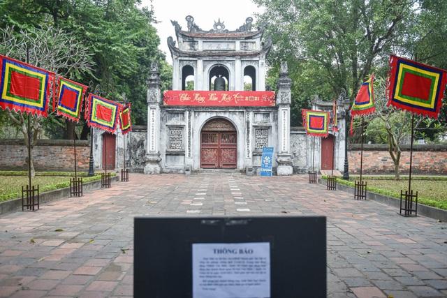 Loạt di tích nổi tiếng ở Hà Nội đóng cửa, du khách đứng ngắm cảnh từ xa - 7