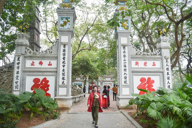 The series of famous monuments in Hanoi closed, visitors stood admiring the scenery from afar - 1