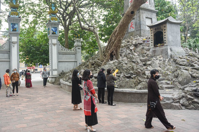 The series of famous monuments in Hanoi closed, visitors stood admiring the scenery from afar - 2