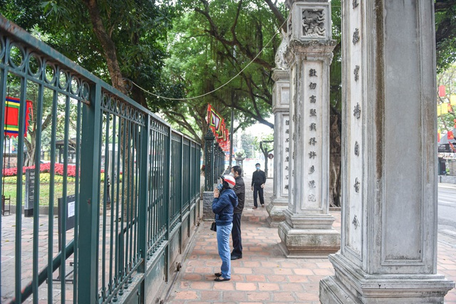 The series of famous monuments in Hanoi closed, visitors stand watching from afar - 8