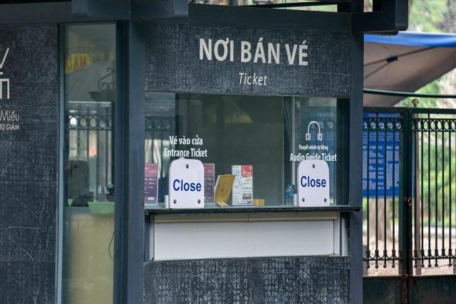 Loạt di tích nổi tiếng ở Hà Nội đóng cửa, du khách đứng ngắm cảnh từ xa - 9