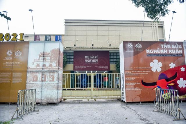 Loạt di tích nổi tiếng ở Hà Nội đóng cửa, du khách đứng ngắm cảnh từ xa - 10