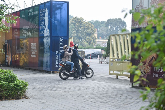 Series of famous monuments in Hanoi closed, visitors stand watching from afar - 11