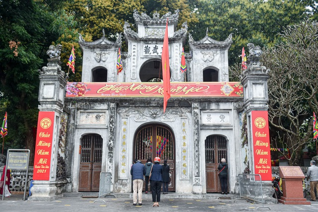 The series of famous monuments in Hanoi closed, visitors stand watching from afar - 12