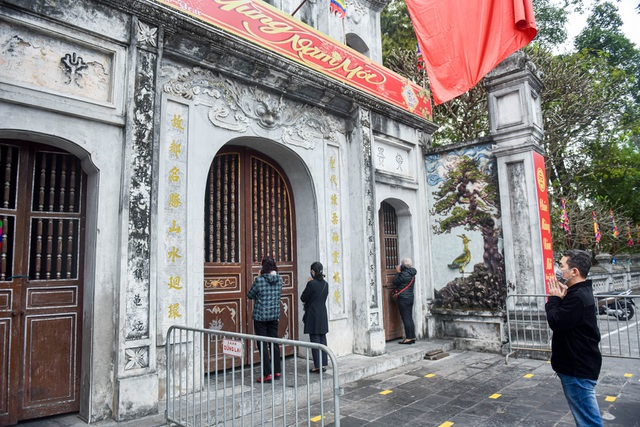 Series of famous monuments in Hanoi closed, visitors stand watching from a distance - 13