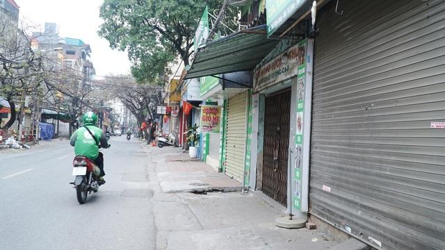 Loa phường nhắc nhở, hàng quán ở Hà Nội lắp vách ngăn, bán mang về - 1