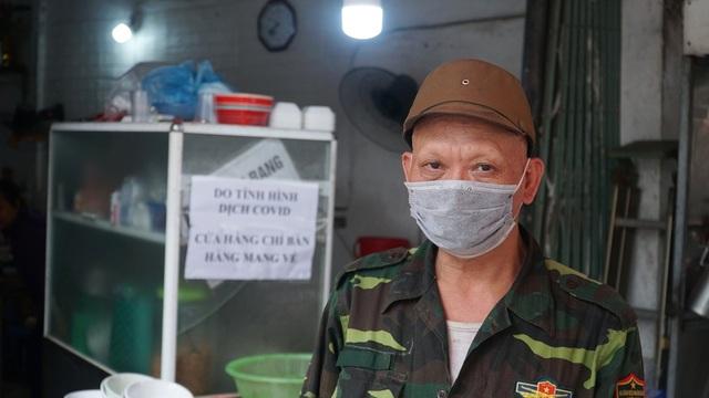 Loa phường nhắc nhở, hàng quán ở Hà Nội lắp vách ngăn, bán mang về - 7