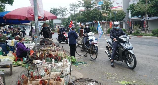Loa phường nhắc nhở, hàng quán ở Hà Nội lắp vách ngăn, bán mang về - 8