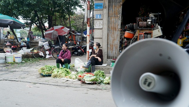 Loa phường nhắc nhở, hàng quán ở Hà Nội lắp vách ngăn, bán mang về - 11