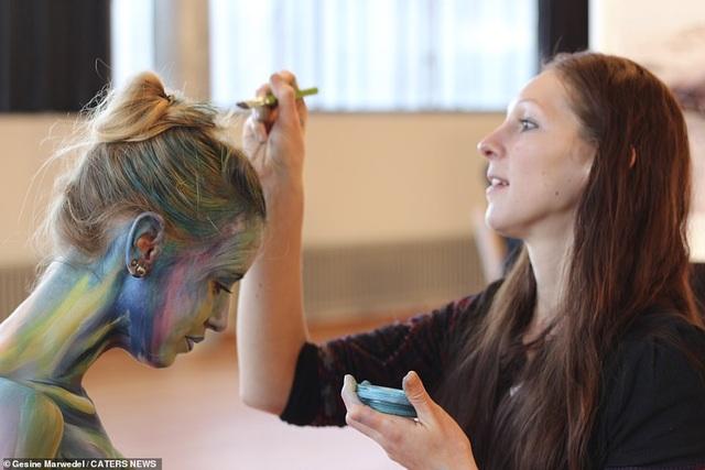 Bà bầu hóa thành bồ nông và gấu mèo qua nghệ thuật body-painting - 4