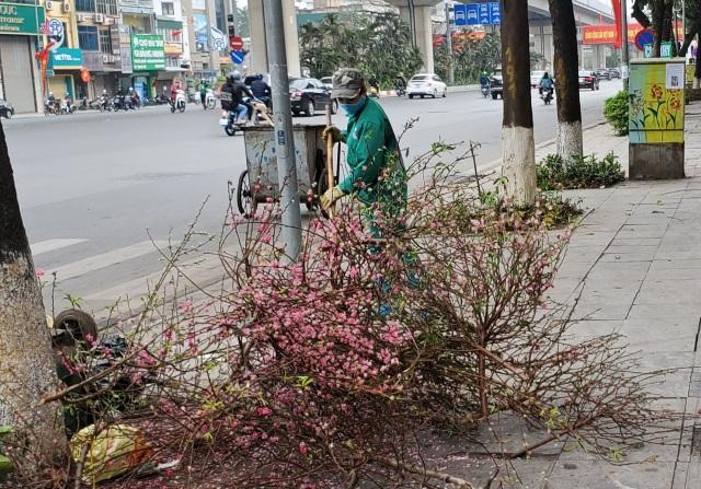 Hà Nội: Công nhân vệ sinh môi trường làm việc gấp ba lần trong ngày đầu năm  - 3