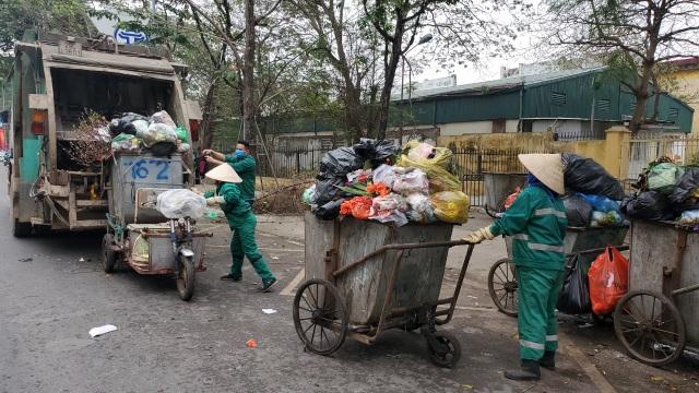 Hà Nội: Công nhân vệ sinh môi trường làm việc gấp ba lần trong ngày đầu năm  - 1