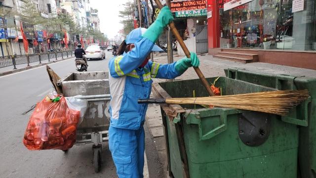 Hà Nội: Công nhân vệ sinh môi trường làm việc gấp ba lần trong ngày đầu năm  - 4