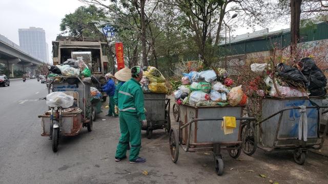 Hà Nội: Công nhân vệ sinh môi trường làm việc gấp ba lần trong ngày đầu năm  - 5