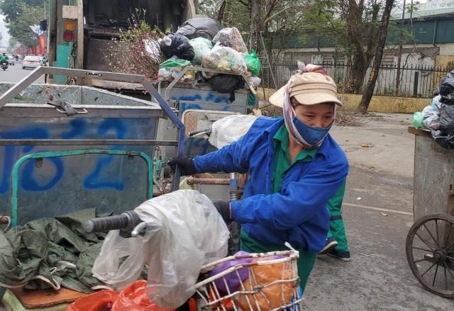 Hà Nội: Công nhân vệ sinh môi trường làm việc gấp ba lần trong ngày đầu năm  - 2