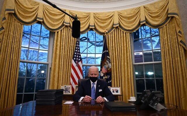 Ông Biden ví cuộc sống ở Nhà Trắng như trong chiếc lồng vàng - 1