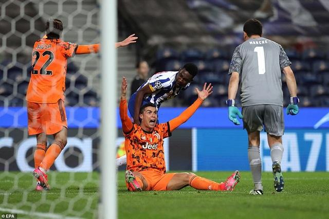 C.Ronaldo nổi giận lôi đình sau khi bị từ chối phạt đền - 2