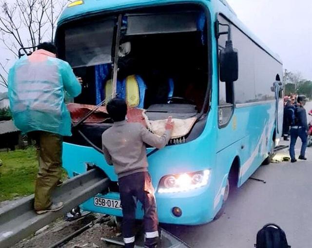 Thanh hộ lan xuyên thủng xe khách - 1