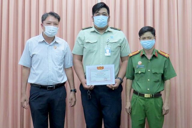 Bảo vệ bệnh viện bắt tên cướp sát hại tài xế ngày Tết - 2