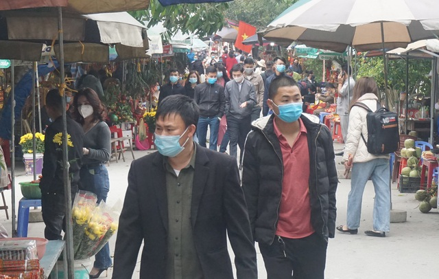 Tourists wear masks bustling to go to the bridge for their early career - 2