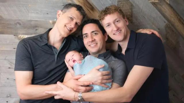 Đứa trẻ đầu tiên trên thế giới có... 3 ông bố hợp pháp trên giấy khai sinh - 1