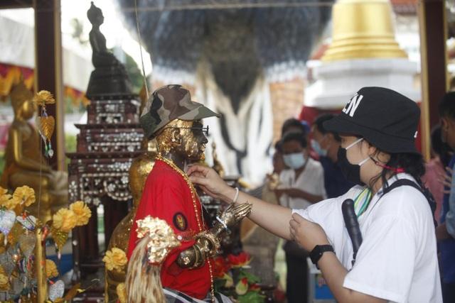 Ngôi chùa khách đến thăm dâng toàn tượng gà, chất đống thành nghĩa địa - 2