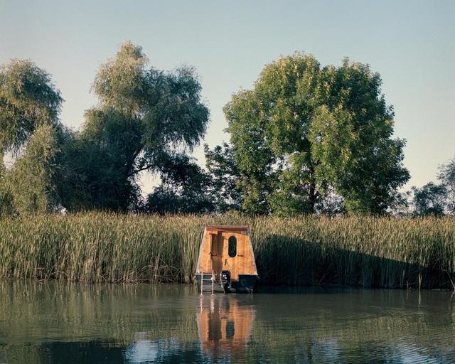 Cặp vợ chồng làm nhà nổi tuyệt đẹp giữa sông, có thể chu du khắp nơi - 1