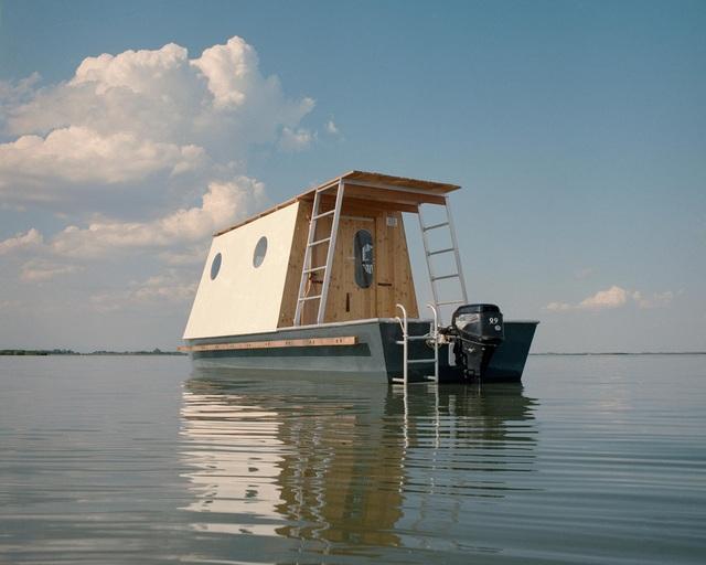 Cặp vợ chồng làm nhà nổi tuyệt đẹp giữa sông, có thể chu du khắp nơi - 2