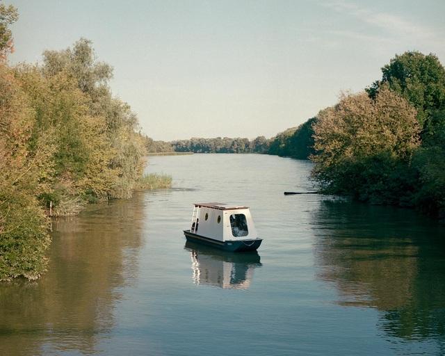 Cặp vợ chồng làm nhà nổi tuyệt đẹp giữa sông, có thể chu du khắp nơi - 4