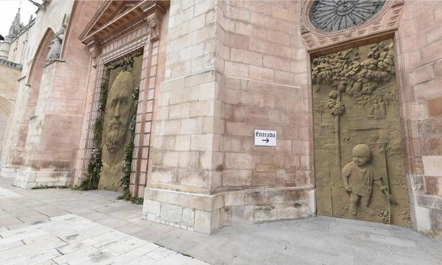 Hàng ngàn người phản đối ý tưởng chi 33 tỷ đồng cho 3 cánh cửa nhà thờ - 1