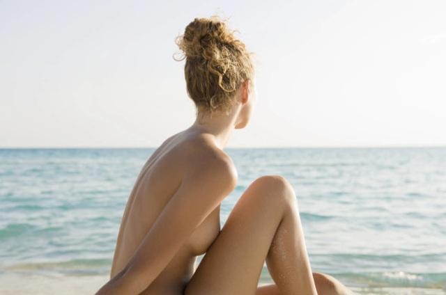 Du khách ùn ùn đổ xô tới bãi biển khỏa thân để giải tỏa bí bách - 2