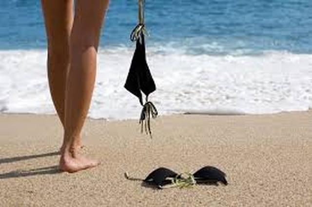 Du khách ùn ùn đổ xô tới bãi biển khỏa thân để giải tỏa bí bách - 3