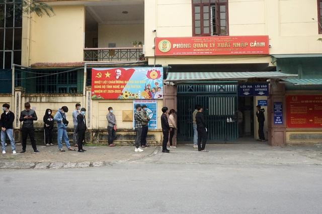 Lao động Nghệ An làm giấy thông hành đi Lào giảm 98% so với mọi năm - 1
