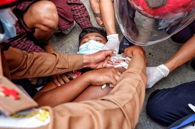 Thêm 2 người chết trong biểu tình phản đối đảo chính ở Myanmar - 1