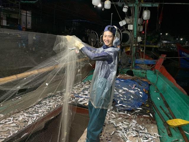 Ngư dân xứ Nghệ kiếm tiền triệu mỗi ngày, nhờ được mùa cá trích - 3