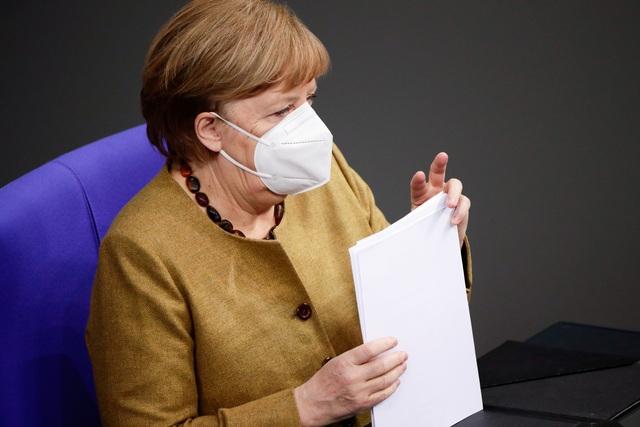 Video Thủ tướng Merkel tá hỏa vì quên khẩu trang trong cuộc họp - 1