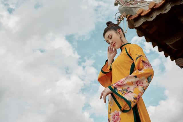 Người đẹp Lý Kim Thảo thướt tha trong tà áo dài