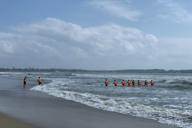 Cứu người đuối nước, nhân viên bảo vệ mất tích cùng nạn nhân - 1