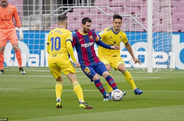Hòa thất vọng, Barcelona hụt hơi trong cuộc đua với Atletico và Real Madrid - 1