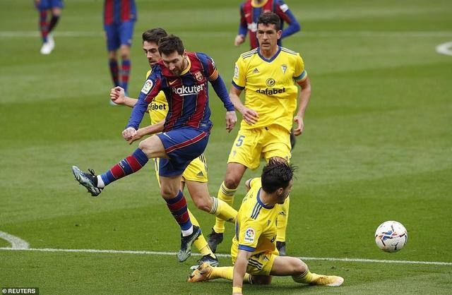 Hòa thất vọng, Barcelona hụt hơi trong cuộc đua với Atletico và Real Madrid - 7