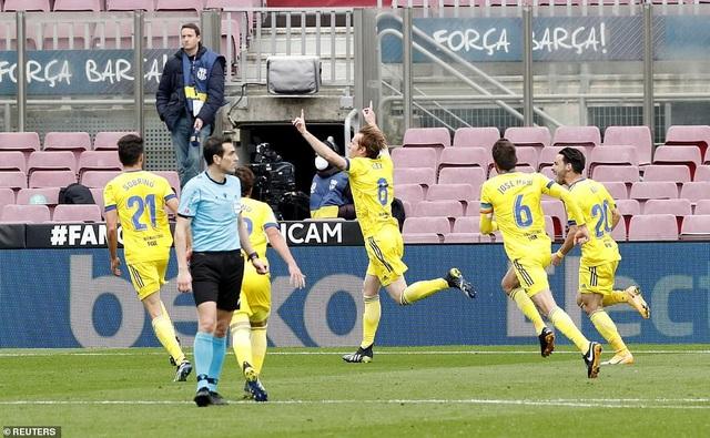 Hòa thất vọng, Barcelona hụt hơi trong cuộc đua với Atletico và Real Madrid - 9